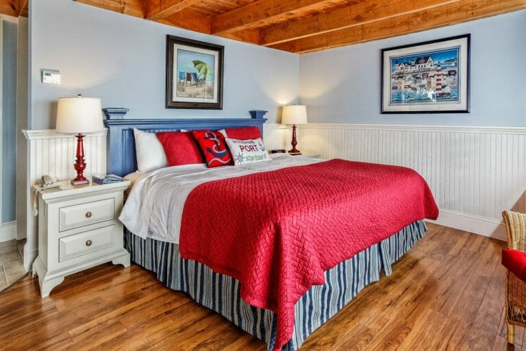 King Suite at Glen Cove - Red bed spread and wooden rafters